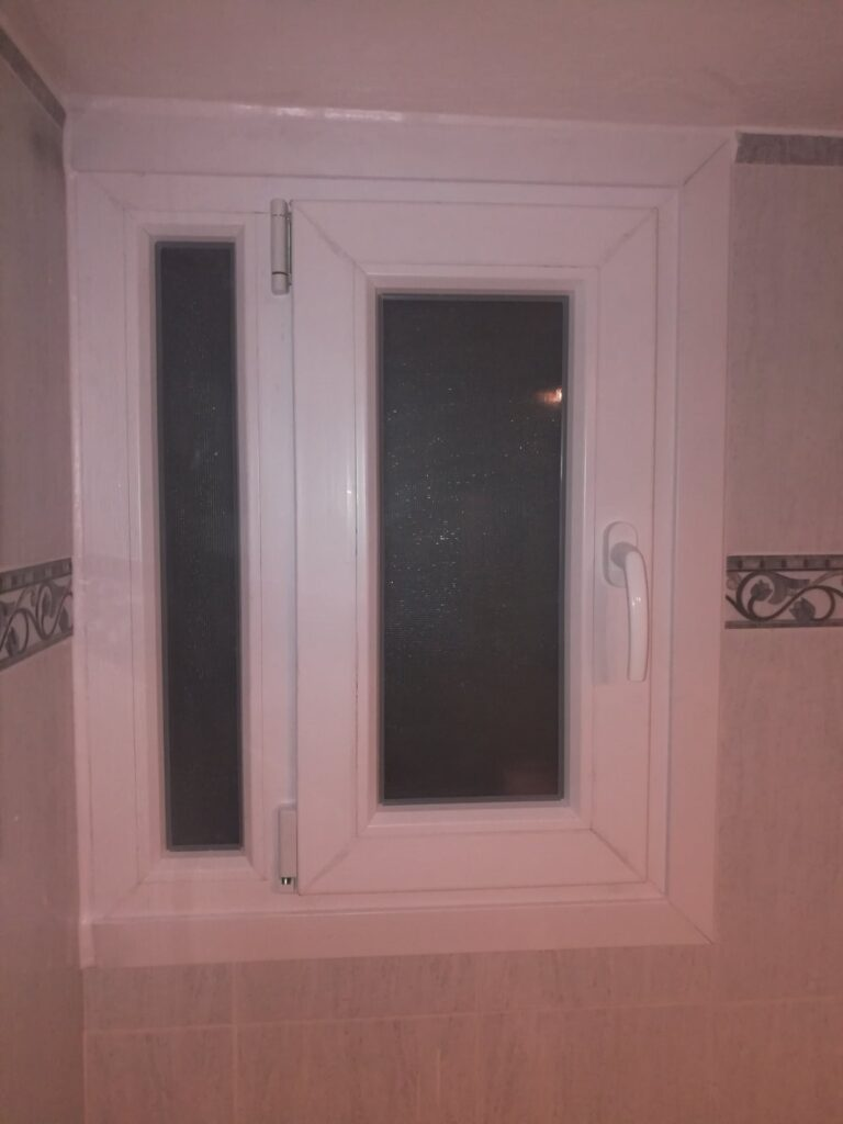 παράθυο pvc μπάνιου